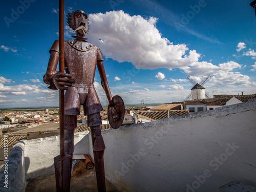 Figura de Don Quijote de La Mancha en metal en una casa típica de Ciudad Real