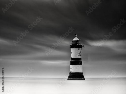 Photo LIGHTHOUSE BY SEA AGAINST SKY