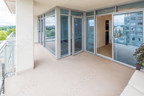 Photo Empty balcony or veranda in a modern house or apartment.