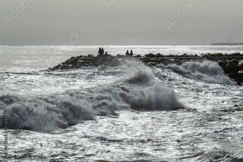 Photo People looking  at stormy sea