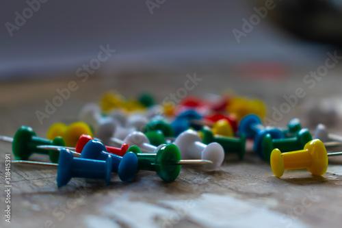 Photo tachuelas de colores sobre madera, con fondo gris