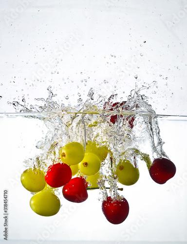 owoce-wpadajace-do-wody
