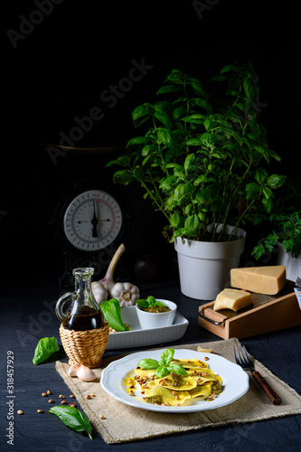 Photo Vegetariano italiano! Tortelli with roasted pine nuts and pesto basilico