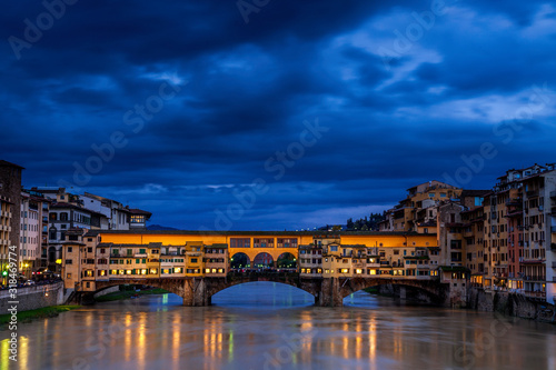 Photo The Ponte Vecchio in Florence Italy at Twilight