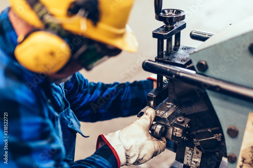 Valokuva Worker does manual steel plate bevelling process in a factory