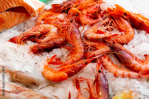 Fotografía Market showcase with raw prawns