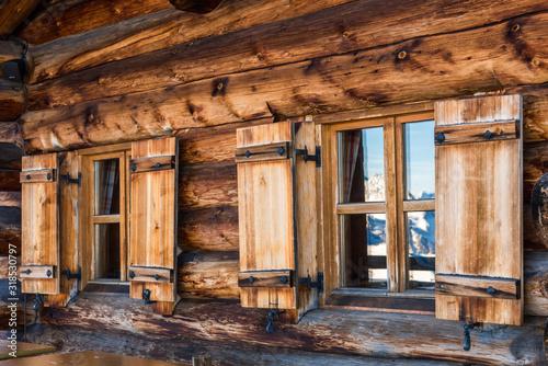 Carta da parati Beautiful alpine wooden house / lodge exterior