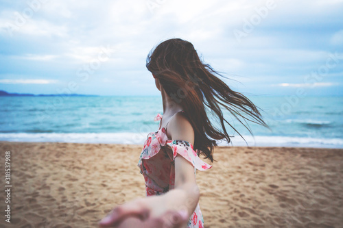 Fototapeta Couple Traveler holding hand on beach in sunset obraz