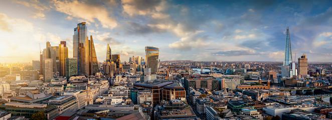 Sonnenuntergang hinter den modernen Wolkenkratzern der Skyline von London, Großbritannien