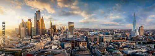Sonnenuntergang hinter den modernen Wolkenkratzern der Skyline von London, Großbritannien - 318563781