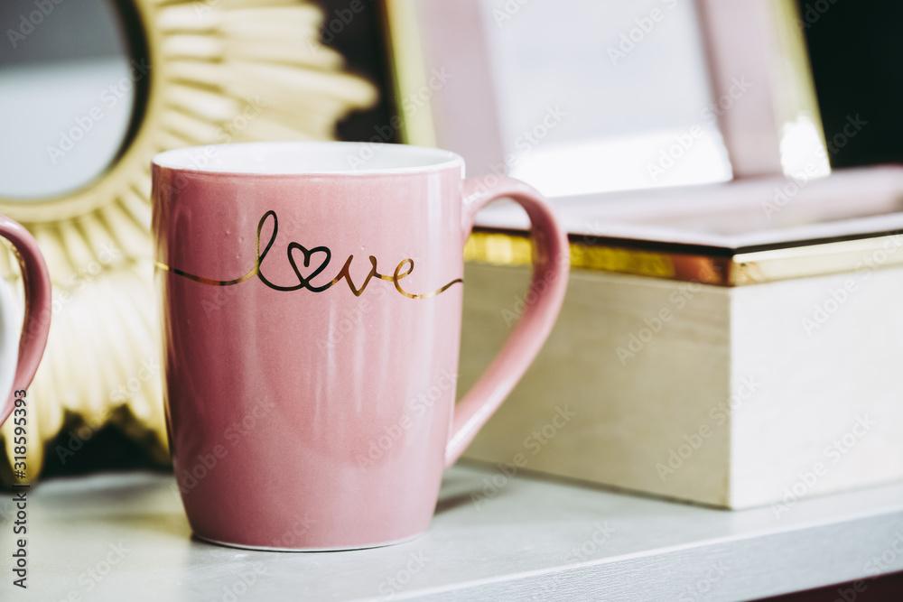Fototapeta Mug en céramique rose avec texte love en doré