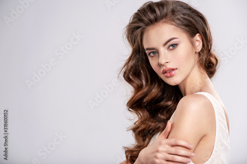 Photo Portrait of a young beautiful woman with a long hair.