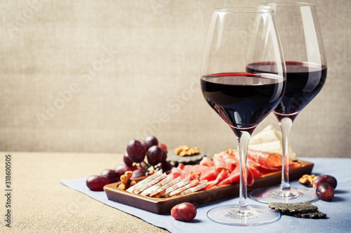 Photo Red wine and charcuterie assortment