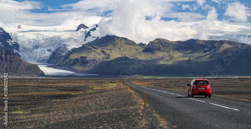 Carta da parati Voiture seule sur une route dans le désert en Islande