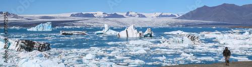 Fototapeta Touriste marchant le long des glaces en Islande obraz