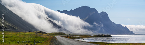 Brume / nuage qui descend de la montagne Wallpaper Mural