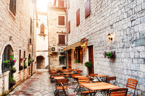 Foto Cafe on the street in Old Town in Kotor, Montenegro