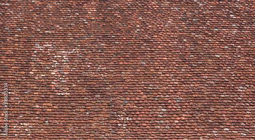 Photo Große Dachfläche mit sehr alten, rotbraunen Dachziegeln