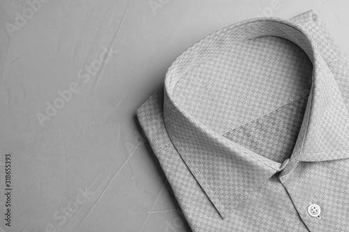 Fotografía Male stylish grey shirt on light background, top view