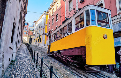 Photo The Gloria Funicular in Lisbon, Portugal.