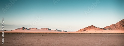 Photo Breathtaking panoramic shot of desert plains in Namibia Africa with hills in the