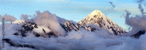 Photo Evening view of Mount Salkantay in the middle of clouds