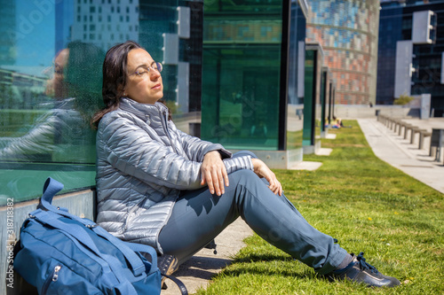 Photo Tired spanish woman sitting outdoors in a sunny day