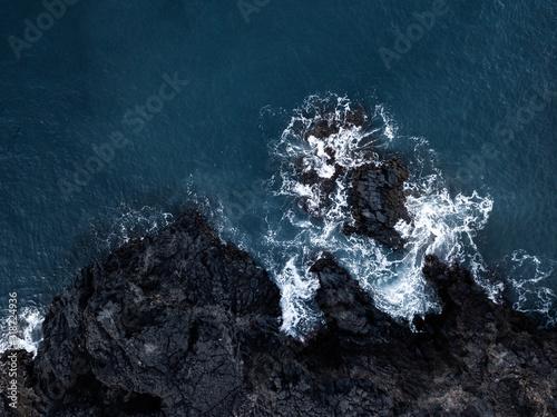 widok-z-lotu-ptaka-drone-fal-morskich-i-fantastyczne-wybrzeze-skaliste-madera-portugalia