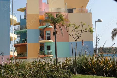 Obraz kolorowy blok mieszkalny,na wybrzeżu-Portugalia - fototapety do salonu
