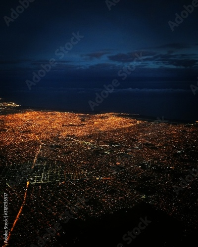 Photo AERIAL VIEW OF ILLUMINATED CITYSCAPE AGAINST SKY AT NIGHT