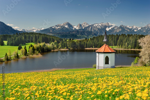 SCENIC VIEW OF HOUSE AND MOUNTAINS AGAINST SKY - fototapety na wymiar