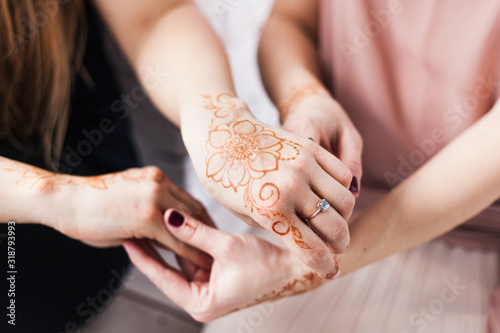 Foto Hands with henna pattern, wedding preparation, henna body decoration, tradition,