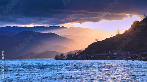 Photo SCENIC VIEW OF SEA AND MOUNTAINS AGAINST SKY DURING SUNSET