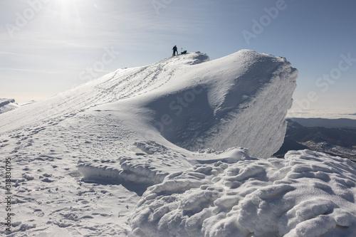 Photo paisaje invernal con montañeros andando sobre la nieve