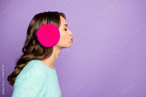 Photo Closeup profile photo of attractive curly lady sending air kisses empty space bl