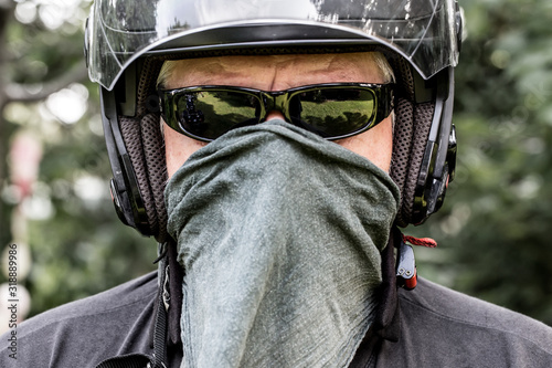 Fotografia Close-Up Portrait Of Man Covering Face With Handkerchief