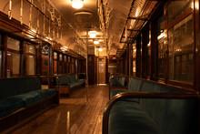 古い電車の車内