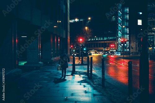 Stampa su Tela ILLUMINATED CITY STREET AT NIGHT