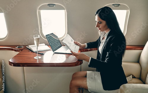 Fotomural Business woman in private jet