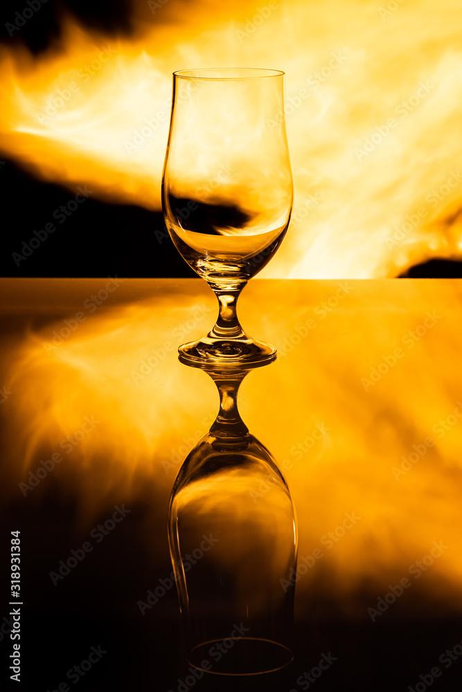 Fototapeta Pusty kufel do piwa na tle płomieni ognia, efekt odbicia - obraz na płótnie