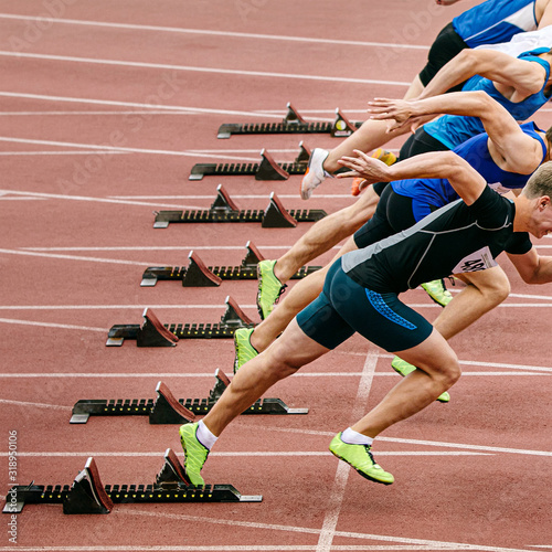 Leinwand Poster start sprint race men runners athletes in athletics competition