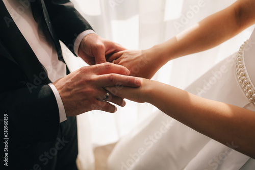 Photo hands of bride and groom