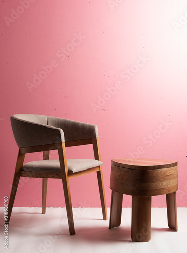 Silla de madera de lujo con mesa de madera pulida con tres patas en un espacio c Canvas Print