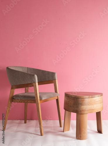 Silla de madera de lujo con mesa de madera pulida con tres patas en un espacio c Wallpaper Mural