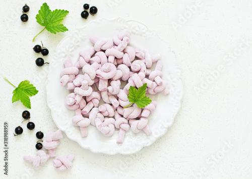 Photo Homemade blackcurrant marshmallows. selective focus .. Dessert.