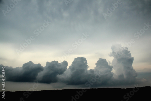 Photo Pillars of storm clouds building up in a gloomy sky