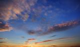 Fototapeta Na sufit - Błękitne niebo po zachodzie słońca niebo z kolorowymi chmurami