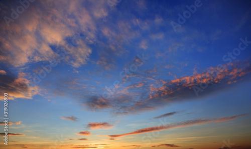 Błękitne niebo po zachodzie słońca niebo z kolorowymi chmurami
