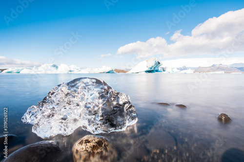 Photo Beautiful natural ice sculptures on the shore of the ice lagoon in Jökulsárlón,