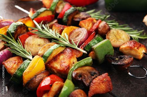 Fotografía Grilled pork shish or kebab on skewers with vegetables